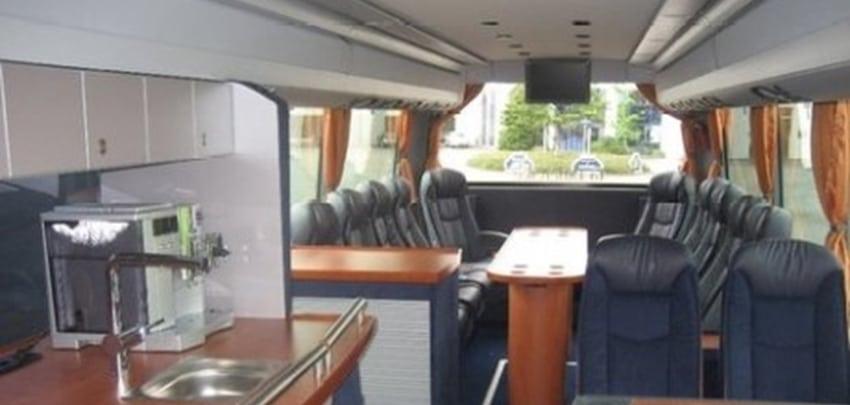 DJ vervoert naar Tomorrowland in VIP bus