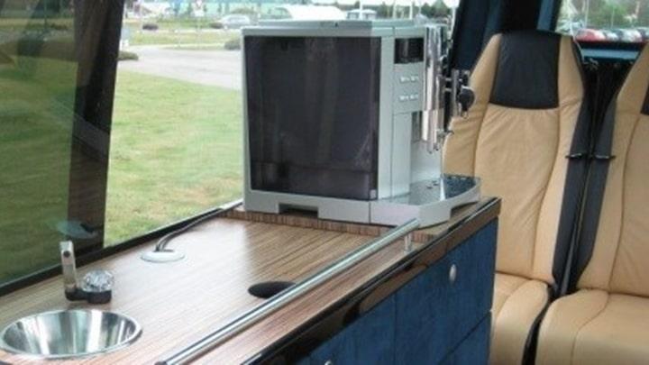 Binnenkeuken in de minibussen.jpg